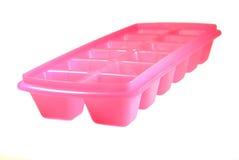 Muffa di plastica rosa per ghiaccio congelato su un fondo bianco Fotografia Stock Libera da Diritti