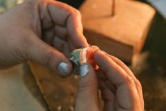 Muffa fatta a mano dell'anello dei gioielli fotografie stock