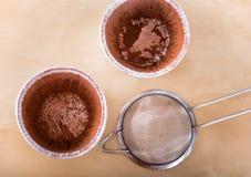 Muffe bollenti spolverate con un certo cacao in polvere Fotografia Stock Libera da Diritti