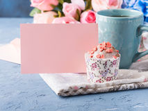 Muffin έννοιας βαλεντίνων ημέρας μητέρων ` s σημείωση εγγράφου τσαγιού φλυτζανιών Στοκ εικόνα με δικαίωμα ελεύθερης χρήσης