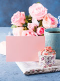 Muffin έννοιας βαλεντίνων ημέρας μητέρων ` s σημείωση εγγράφου τσαγιού φλυτζανιών Στοκ φωτογραφία με δικαίωμα ελεύθερης χρήσης