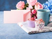 Muffin έννοιας βαλεντίνων ημέρας μητέρων ` s σημείωση εγγράφου τσαγιού φλυτζανιών Στοκ εικόνες με δικαίωμα ελεύθερης χρήσης