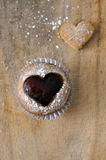 Muffin ή Cupcake καρδιών μαρμελάδας Στοκ Εικόνες