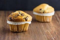 Muffin βανίλιας στο σκοτεινό ξύλο Στοκ Εικόνες