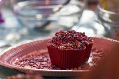 Muffin γενεθλίων που διακοσμείται από το παιδί Στοκ φωτογραφία με δικαίωμα ελεύθερης χρήσης