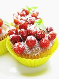 Muffin κέικ με τα μούρα άγριων φραουλών Στοκ Εικόνα