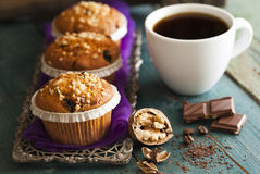 Muffin κέικ στον ασημένιο δίσκο με το φλιτζάνι του καφέ Στοκ Φωτογραφίες