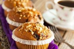 Muffin κέικ στον ασημένιο δίσκο με το φλιτζάνι του καφέ Στοκ Εικόνα