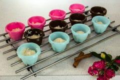 Muffin κασσίτεροι με τη σπιτική ζύμη Στοκ Φωτογραφία