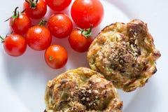 Muffin κολοκυθιών και ντομάτα κερασιών στο άσπρο πιάτο στοκ φωτογραφίες