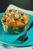 Muffin μήλων και ξύλων καρυδιάς στο μπλε πιάτο Στοκ φωτογραφίες με δικαίωμα ελεύθερης χρήσης