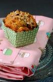 Muffin μήλων και ξύλων καρυδιάς στο ροζ Στοκ Φωτογραφίες