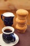 Muffin με τον καφέ, γάλα Στοκ εικόνα με δικαίωμα ελεύθερης χρήσης
