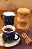 Muffin με τον καφέ Στοκ φωτογραφία με δικαίωμα ελεύθερης χρήσης