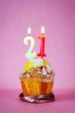 Muffin με το κάψιμο των κεριών γενεθλίων ως αριθμό είκοσι ένα Στοκ εικόνα με δικαίωμα ελεύθερης χρήσης