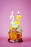 Muffin με το κάψιμο των κεριών γενεθλίων ως αριθμό είκοσι πέντε Στοκ Φωτογραφίες