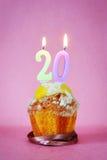 Muffin με το κάψιμο των κεριών γενεθλίων ως αριθμό είκοσι Στοκ Φωτογραφίες
