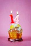 Muffin με το κάψιμο των κεριών γενεθλίων ως αριθμό δεκατέσσερα Στοκ εικόνες με δικαίωμα ελεύθερης χρήσης