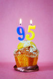 Muffin με το κάψιμο των κεριών γενεθλίων ως αριθμό ενενήντα πέντε Στοκ εικόνες με δικαίωμα ελεύθερης χρήσης