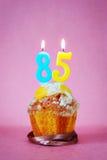 Muffin με το κάψιμο των κεριών γενεθλίων ως αριθμό ογδόντα πέντε Στοκ φωτογραφίες με δικαίωμα ελεύθερης χρήσης