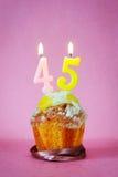 Muffin με το κάψιμο των κεριών γενεθλίων ως αριθμό σαράντα πέντε Στοκ φωτογραφίες με δικαίωμα ελεύθερης χρήσης