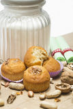 Muffin ξύλων καρυδιάς σε ένα άσπρο υπόβαθρο στοκ φωτογραφίες