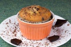 Muffin σε ένα πιάτο με τα τσιπ σοκολάτας Στοκ εικόνες με δικαίωμα ελεύθερης χρήσης