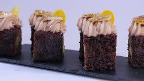 Muffin σοκολάτας με τα μικρά κομμάτια του μάγκο Σοκολάτα cupcakes με το μάγκο απόθεμα βίντεο