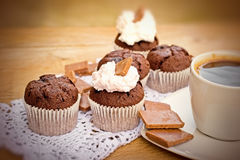Muffin σοκολάτας με την κρέμα Στοκ φωτογραφία με δικαίωμα ελεύθερης χρήσης