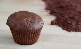 Muffin σοκολάτας με το σκοτεινό κακάο στοκ εικόνες