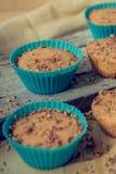 Muffin σοκολάτας τη μαλακή κρέμα και το φρέσκο βακκίνιο που κονιοποιούνται με με τη ζάχαρη, φλιτζάνι του καφέ, αγροτικό υπόβαθρο Στοκ φωτογραφία με δικαίωμα ελεύθερης χρήσης