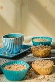 Muffin σοκολάτας τη μαλακή κρέμα και το φρέσκο βακκίνιο που κονιοποιούνται με με τη ζάχαρη, φλιτζάνι του καφέ, αγροτικό υπόβαθρο Στοκ φωτογραφίες με δικαίωμα ελεύθερης χρήσης