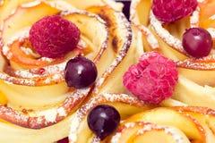 Muffin της Apple με τα σμέουρα και τα βακκίνια Στοκ φωτογραφία με δικαίωμα ελεύθερης χρήσης