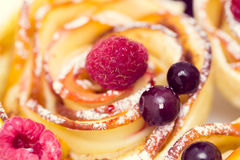 Muffin της Apple με τα σμέουρα και τα βακκίνια Στοκ φωτογραφίες με δικαίωμα ελεύθερης χρήσης