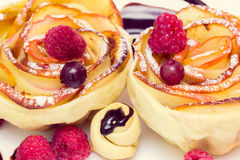 Muffin της Apple με το σμέουρο και τα βακκίνια Στοκ εικόνες με δικαίωμα ελεύθερης χρήσης