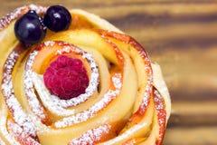 Muffin της Apple με το σμέουρο και τα βακκίνια Στοκ Εικόνα