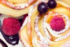 Muffin της Apple με το σμέουρο και τα βακκίνια Στοκ φωτογραφία με δικαίωμα ελεύθερης χρήσης