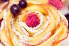 Muffin της Apple με το σμέουρο και τα βακκίνια Στοκ Φωτογραφίες