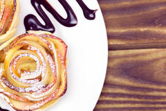 Muffin της Apple ψιλόβρεξε με τη σάλτσα σοκολάτας Στοκ Εικόνα