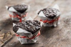 Muffin τριών σοκολάτας cupcake σε έναν ξύλινο πίνακα Στοκ Φωτογραφία