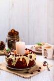 Muffin των βακκίνιων σε ένα πιάτο στον εξυπηρετούμενο πίνακα Στοκ Εικόνες