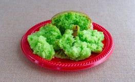 Muffin φυστικιών που σπάζουν στα κομμάτια σε ένα κόκκινο πιάτο Στοκ φωτογραφία με δικαίωμα ελεύθερης χρήσης