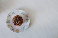 Muffin χαρουπιού σε ένα άσπρο πιάτο στοκ εικόνα με δικαίωμα ελεύθερης χρήσης