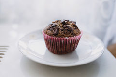 Muffin χαρουπιού σε ένα άσπρο πιάτο στοκ φωτογραφίες