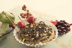 Muffin Χριστουγέννων με τα κέικ σοκολάτας και αμυγδάλων Στοκ φωτογραφία με δικαίωμα ελεύθερης χρήσης