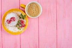 Muffin al forno casalingo con i lamponi, le bacche fresche, la menta sul piatto e la tazza di caffè su fondo di legno rosa Fotografia Stock Libera da Diritti