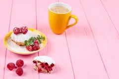 Muffin al forno casalingo con i lamponi, le bacche fresche, la menta sul piatto e la tazza di caffè su fondo di legno rosa Immagine Stock Libera da Diritti