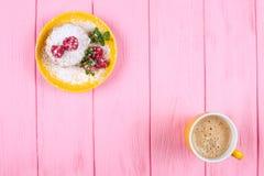 Muffin al forno casalingo con i lamponi, le bacche fresche, la menta sul piatto e la tazza di caffè su fondo di legno rosa Fotografia Stock