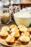 Muffin al forno su un piatto di legno fotografie stock libere da diritti