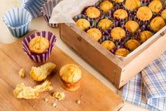 Muffin appena fatti sul tavolo da cucina immagini stock